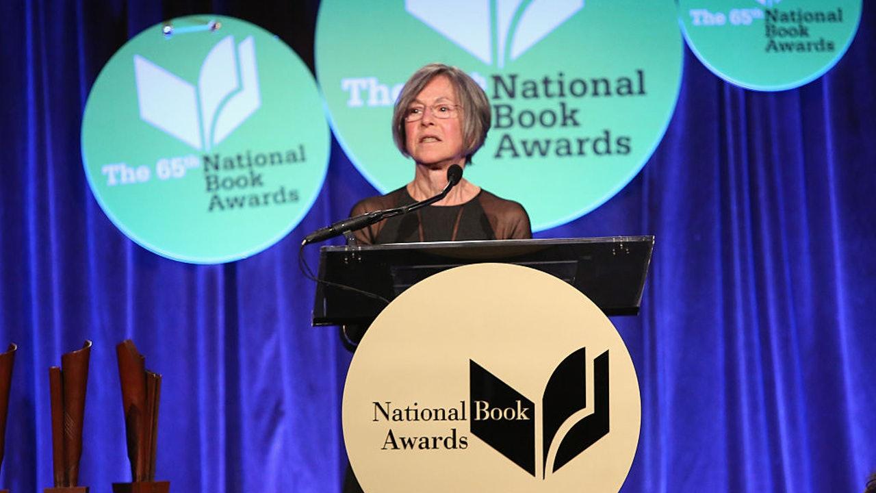 2014年11月19日,格盧克(Louise Glück)在紐約市出席美國國家圖書獎的頒獎典禮。(Getty).jpg